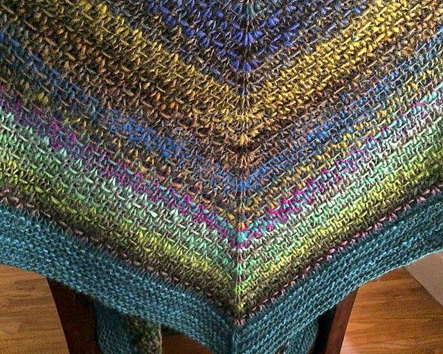 Noro Woven Stitch Shawl ou Châle Noro Au Point Tissé: un modèle tricot gratuit enfin en français!  Z Apasi  nous propose ce magnifique et...