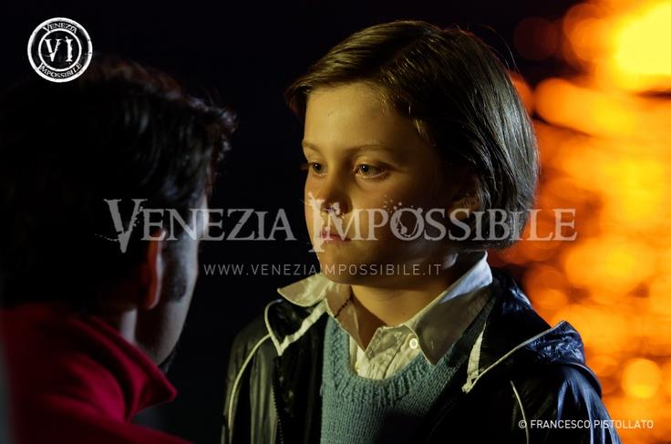 In primo piano Erik [attore] e in quinta Francesco Wolf [protagonista].  Location: Murano.