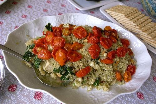 ダイナソーケールとキヌアと豆腐のペストサラダ ケール、キヌア、コーン、水切りした豆腐を炒め、ピーナッツやパンプキンシードなど好みのナッツを加え、ペストで和えるだけ。最後にローストしたチェリートマトを飾る。塩を加えなかったら味がぼけてしまったので、それは次回の課題。  http://www.101cookbooks.com/archives/heathers-quinoa-recipe.html