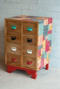 Mueble recuperado y transformado. Acabado en madera natural, tiradores de colores y tapizado en papel de distintos diseños.