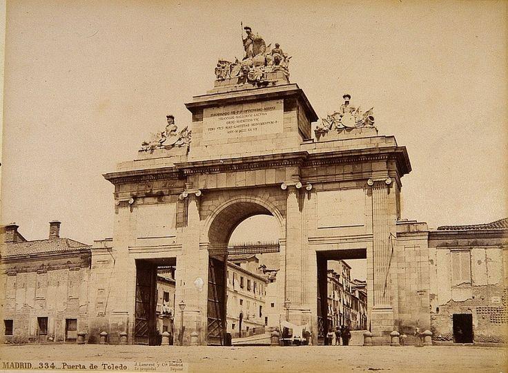 La Puerta de Toledo unida a la muralla de Madrid -- Fotografía de Jean Laurent de 1879 conservada en el Museo de Historia de Madrid.