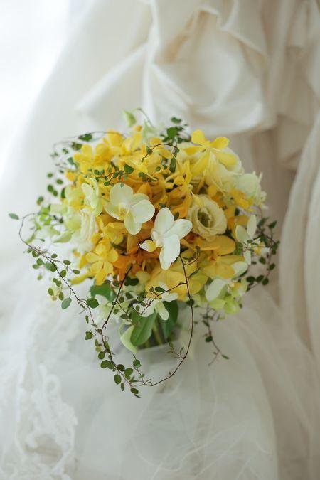 クラッチブーケ 夏の黄色のブーケ、レースのドレスに パレスホテル様へ : 一会 ウエディングの花