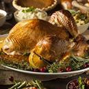PAVO AL HORNO CON GLASEADO DE NARANJA Y GRANADA  Ingredientes:  • 2 cucharadas de romero fresco picado • 1 cucharada de tomillo fresco picado • Ralladura de 2 limones • 2 cucharaditas de pimienta recién molida • ¾ cucharadita de sal • Un poquito de aceite de oliva • Un pavo de 7 a 8kg, descongelado y a temperatura del ambiente • 1 limón cortado en cuatro • 1 cebolla, cortada en cuatro • ¼ de taza de caldo de pollo bajo en sodio (sal) • 1 porción de glaseado de granada y naranja…