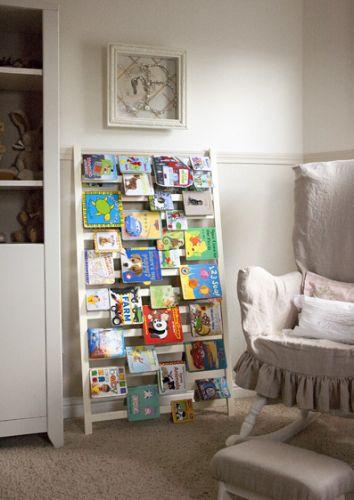Uma das grades do berço, apoiada à parede, pode ser usada para guardar os livros no quarto da criança, do adolescente ou dos adultos. A ideia também funciona para guardar revistas na sala e livros de culinária na cozinha