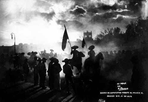 Manuel Ramos es un valioso testigo de sucesos que marcaron el curso de la historia en la primera mitad del siglo XX. La imagen corresponde al desfile zapatista frente a Palacio Nacional el 6 de diciembre de 1914