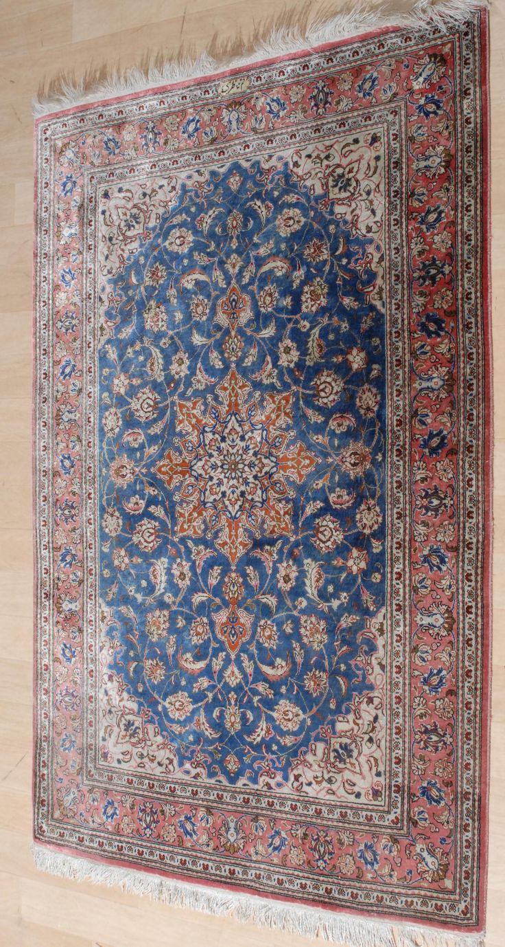 """Schuler Auktionen Zürich     Ghom-Seide  Z-Iran, um 1970. Oben in der Mitte signiert mit """"Ghom Naseri"""" 80x118 cm (ft. 2.6x3.9)."""