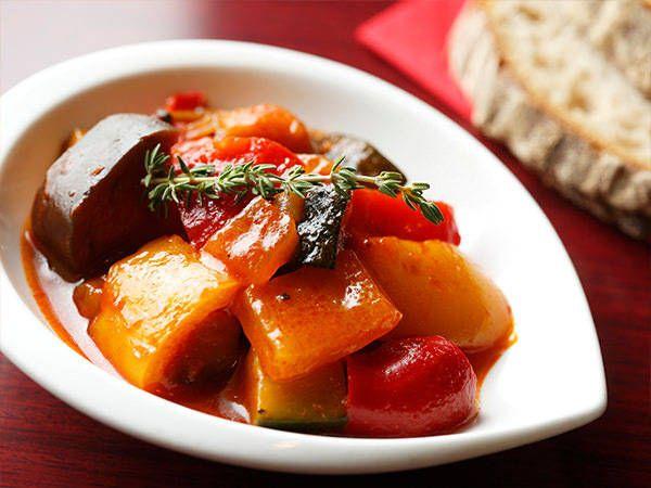 トマト缶は使わない!? フレンチシェフが教える「ラタトゥイユ」レシピ - macaroni