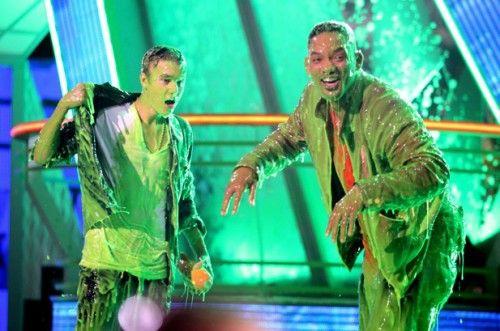 Justin Bieber se fait asperger de glue verte aux Kid's Choice Awards