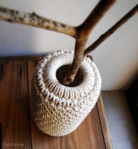 Un gros pot de confiture et du crochet : voilà votre nouveau vase !