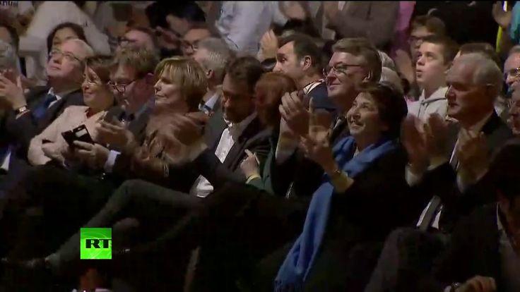 Emmanuel Macron tient un meeting au Palais des Sports à Lyon (Direct 4.02)
