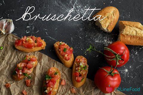 Oto moja propozycja na lekką, wiosenną przekąskę. Kroimy w kostkę pomidory, dodajemy posiekany szczypiorek, dymkę oraz czosnek. Skropione oliwą z oliwek, podane na świeżej bagietce stworzą świeżą kombinację. Here is my proposition for a light, spring snack. Chop a tomato, add chopped scallions, onion and garlic. Add a bit of olive oil and serve on a fresh baguette. It will make a great, fresh combination. www.fitlinefood.com