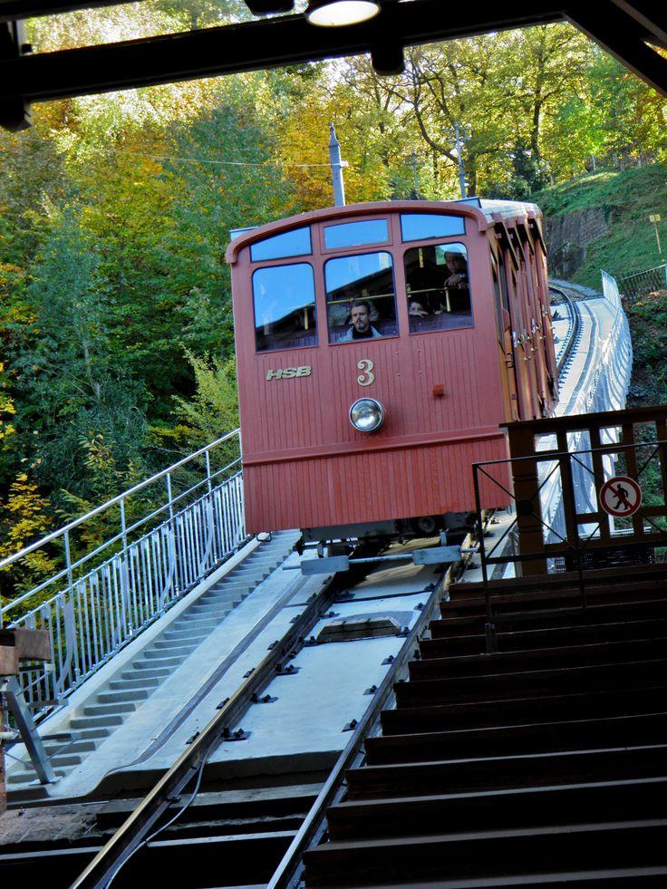 Heidelberg: Die nostalgische Heidelberger Bergbahn. Sie fährt vom Bahnhof Molkenkur (Umstieg zur neuen Bahn) bis hoch zum Königstuhl.