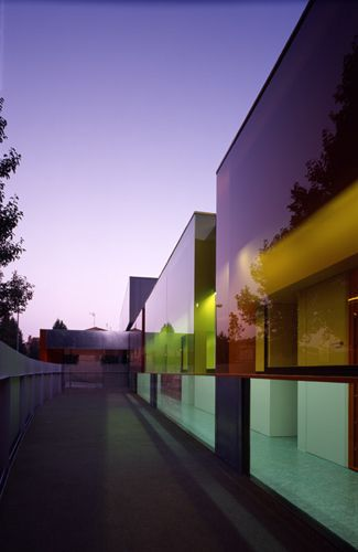 vidro con película de color    Els Colors Kindergarten // Barcelona // Spain // RCR Arquitectes Studio // 1