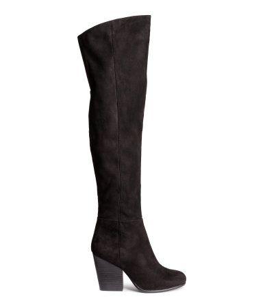 Et par knehøye støvler i semsket skinnimitasjon. Halv glidelås i siden og elastikk øverst. Hæler ca 9,5 cm. Gummisåler.