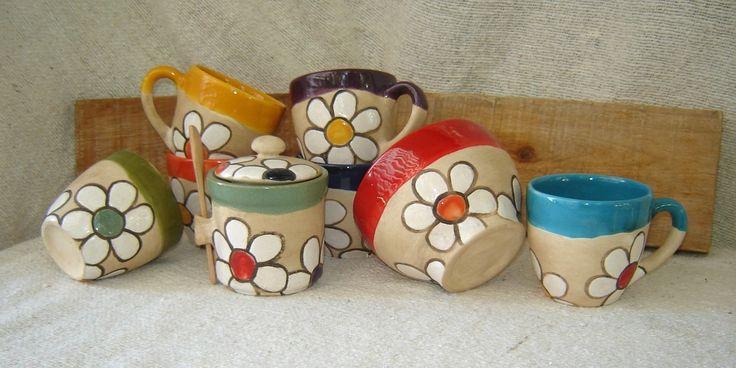 Cerámica artesanal pintada a mano. Origen: Argentina. Objetos: juego de café y azucarera. OLIMPIA <3