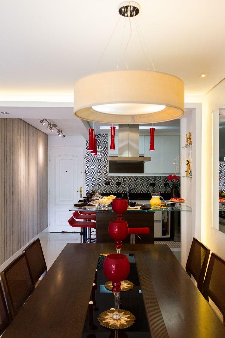 Apartamento 52 │Integrar, criando 2 ambientes bem definidos - mesa de jantar com plafon redondo em tecido, leveza e sutilieza ao conjunto.