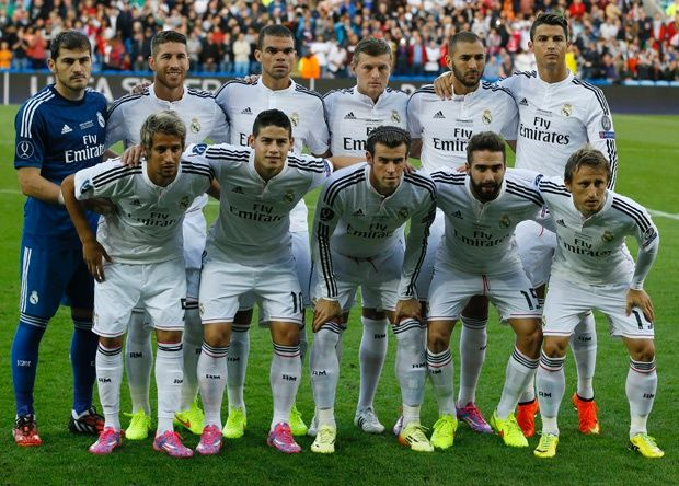 Normally in a team plays: a goalkeaper, four defense players, three midfield players and three ofensive players.