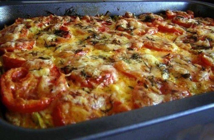 Vynikající zapékaná cuketa s hovězím nebo vepřovým mletým masem a rajčaty. Na vrchu rozpuštěný tvrdý sýr.