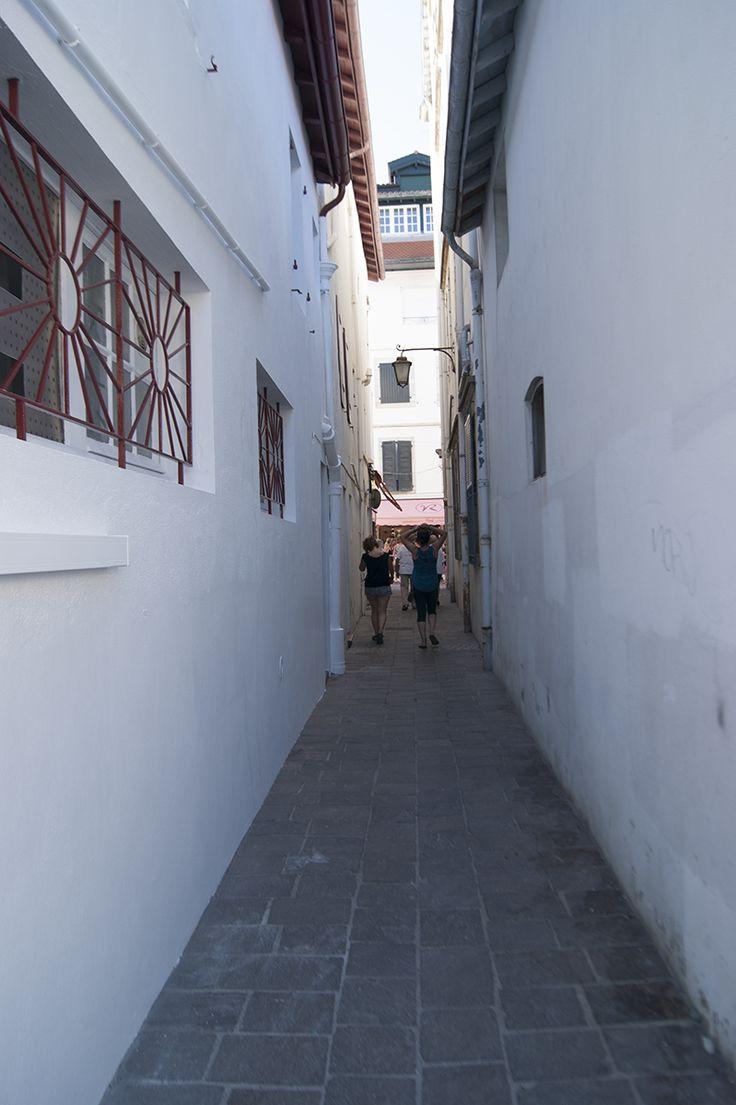 La estrechura de algunas calles en San Juan de Luz (Francia).