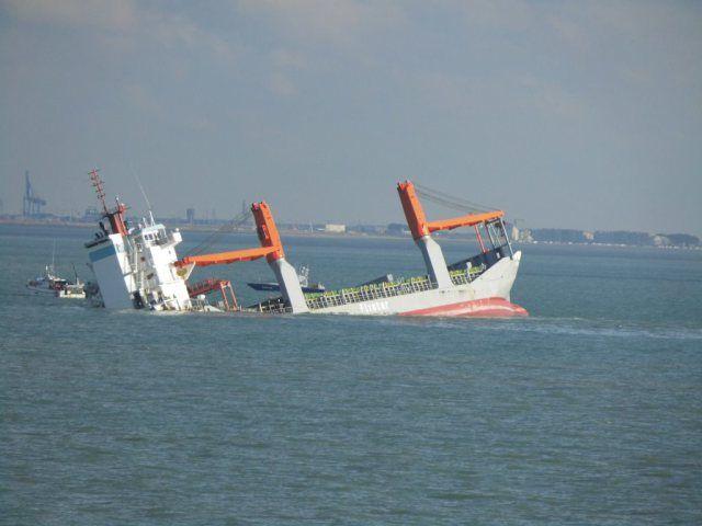 Door de ligging van het schip op een zandbank nabij een drukbevaren vaarroute richting de Westerschelde, kan de 'Flinterstar' daar niet lang blijven liggen http://koopvaardij.blogspot.nl/2015/10/olievlekken-flinterstar-drijven-naar.html