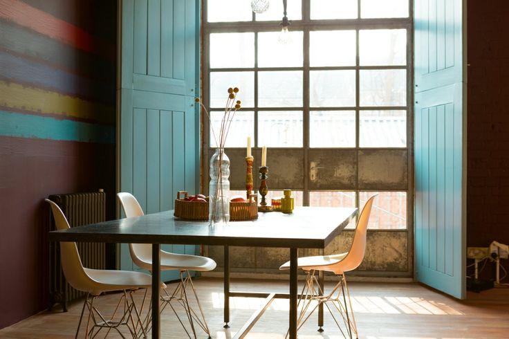 Kolor roku 2014 we wnętrzach łączy naturalną harmonię zieleni i spokój błękitu. Ten wyrazisty odcień – bardziej wyrafinowany i głębszy od turkusu - dobrze komponuje się z barwami neutralnymi. Morski, cieniowany na ścianie, stworzy piękną barwę oceanu. Zobacz, jak stosować i z czym łączyć kolor roku 2014 we wnętrzach!