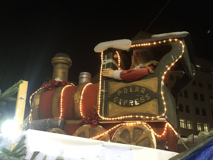 This decoration represents Santa's train, which is lit up with a gold stream of lights lying on the train itself. This decoration is located in the christmas markets on Av de la catedral.