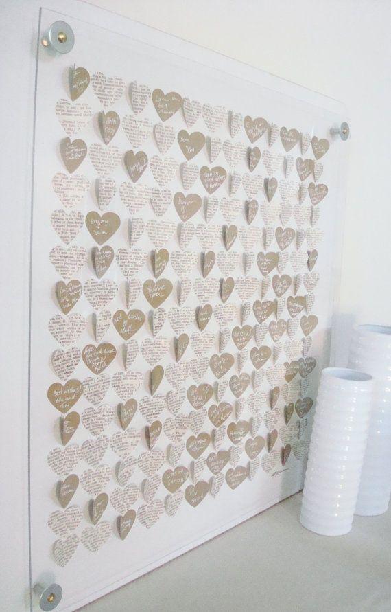Livre d'or mural avec des cœurs en papier journal et papier plié