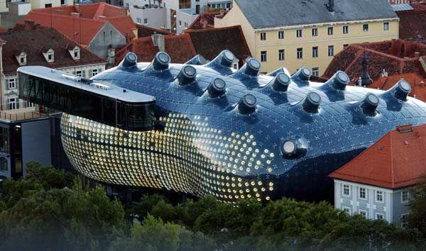 オーストリア・グラーツにある現代美術館。その外観から「友好的な宇宙人」とも呼ばれるという(2003年10月09日) 【AFP=時事】