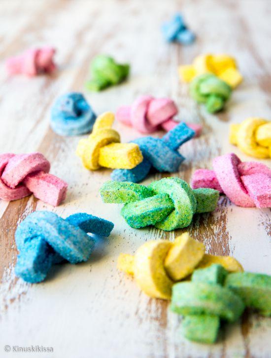 Vaahtokarkkeja voi valmistaa monella tavalla. Näiden vaahtisten erikoisuus on munattomuus. Maku tulee esanssien sijaan aidosta marjasta ja hedelmästä. Itse tehdyllä värisokerilla saa mieleisensä sävyn. Vaahtokarkkilevystä voi mielikuvitusta käyttämällä muotoilla melkein mitä vain!