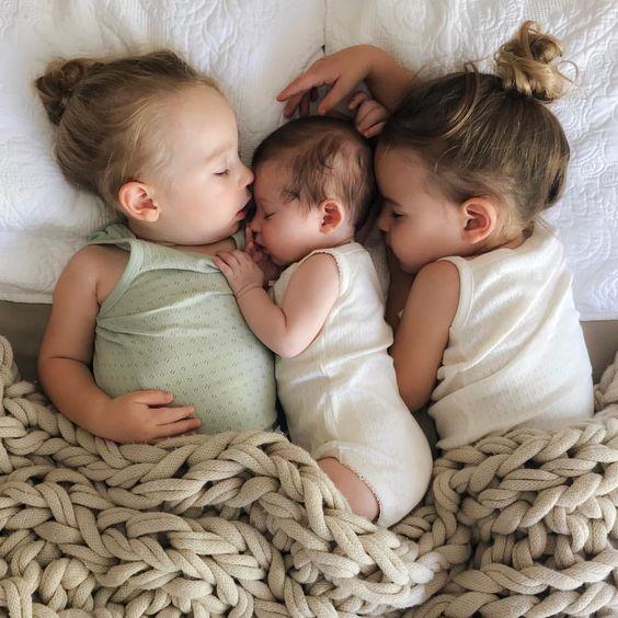 Was für ein süßes Bild von zwei Schwestern und dem neuen Baby für eine Liebe! #nobilisiert #Neugeborene #Liebe #Schwesternschaft #schön