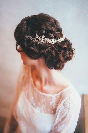 #Wedding Excêntricos detalhes florais #hair #updo, brilhantes pérolas de água doce e delicada beading estão em uma peça poética tecidos à mão.  por beth