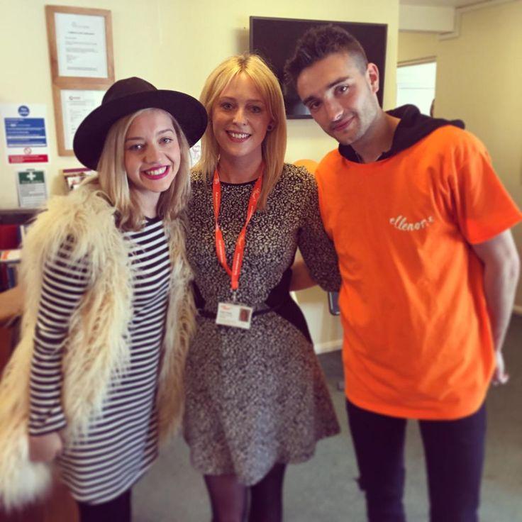Tom e Kelsey na instituição de caridade @ellenorcharity em Londres, na Inglaterra. (via @tessabelles)