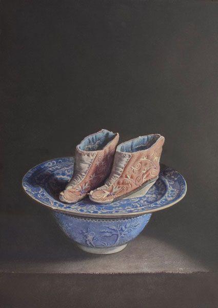 Lotusschoentjes op blauw aardewerk