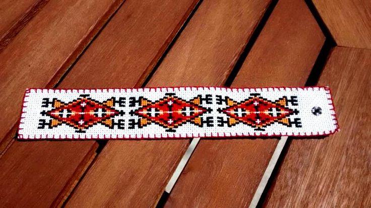"""Indiańska bransoletka - indianie, haft krzyżykowy. Haft na kanwie białej, długość 19 cm (w tym ok. 1 cm na zapięcie), szerokość 3 cm, obrębiona, z zapięciem na zatrzask (na """"zakładkę"""", zapięcie ukryte)."""