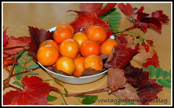 @vontagzutagmari Tischdeko im Herbst. Schale mit Mandarinen, umrankt von rotem Weinlaub. http://vontagzutag-mariesblog.blogspot.co.at/