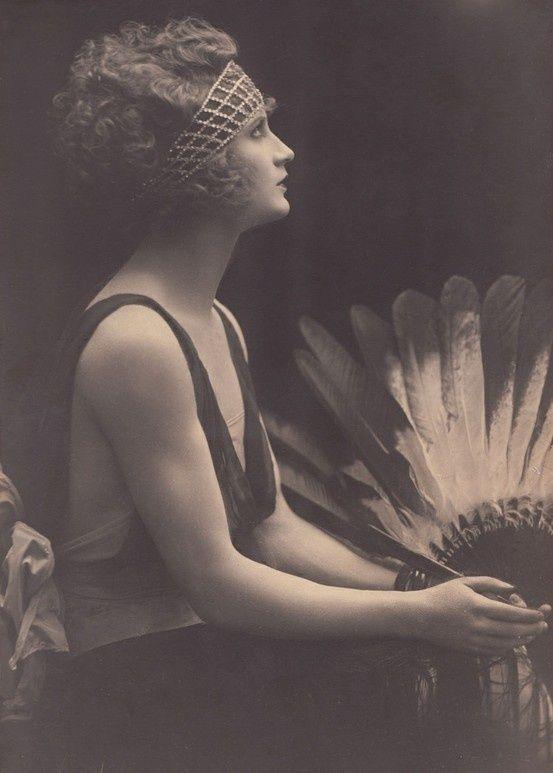 1920's head ornament, curly hair