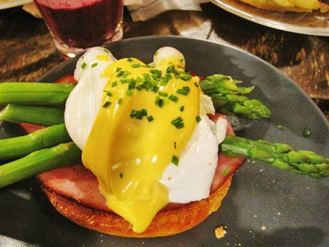 Rostad brödskiva med pocherat ägg, sparris och hollandaisesås, en klassiker på brunchen.
