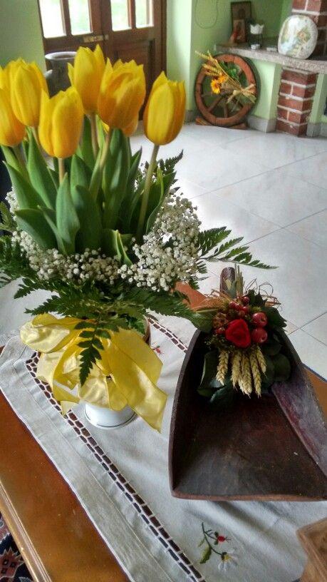 Tulipani gialli e decorazione a una vecchia pala da mugnaio