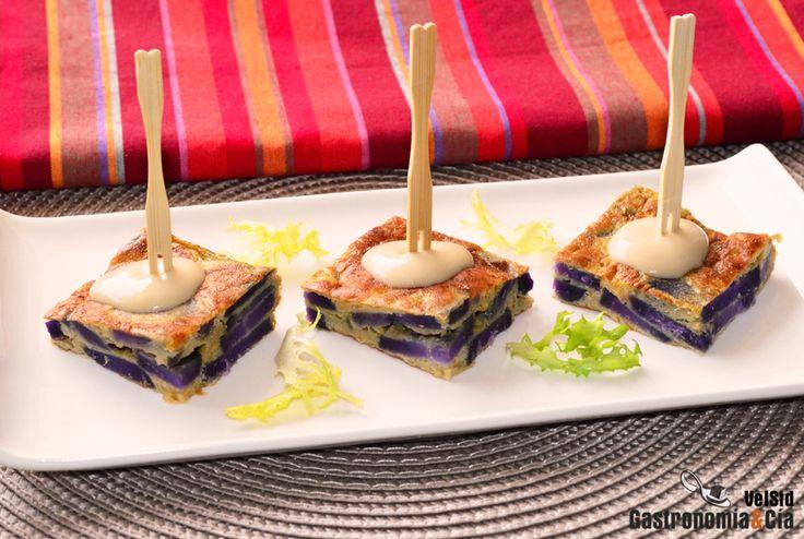 Pincho de tortilla de patata violeta con cebolla caramelizada y Cabrales