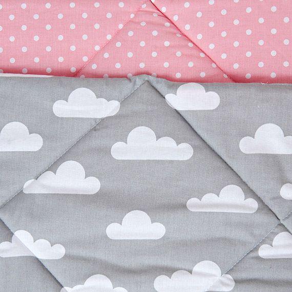Tipi con alfombra y almohadas  se levantó nublado