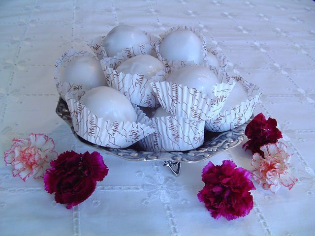 Τα Βενιζελικά, είναι τρουφάκια που έχουν γίνει παραδοσιακό γλυκό στην Λήμνο. Η κυρία Αθηνούλα , σύζυγος του κυρίου Βασίλη Ποριάζη, ιδρυτή του λαογραφικού μουσείου Λήμνου, μου έδωσε την συνταγή και μου αφηγήθηκε την προέλευση της ονομασίας τους. Όταν ο Ελευθέριος Βενιζέλος, λέει, επισκέφθηκε το νησί,