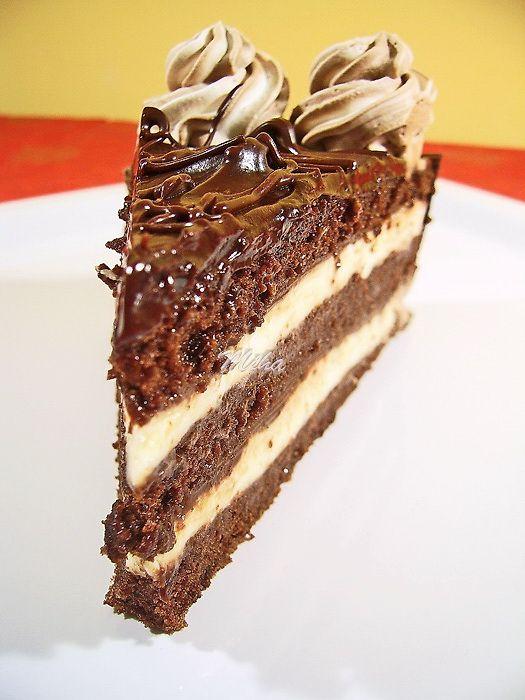 Mod de preparare Tort Senzational: Blat: Galbenusurile se freaca bine cu zaharul si esenta de vanilie pana se albesc si devin ca o crema. Separat amestecam faina cu praful de copt, cacaoa si grisul macinat, dupa care incorporam usor in compozitia de galbenusuri. Compozitia va deveni foarte greu de amestecat,…