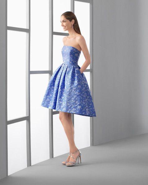 Vestido curto clássico confecionado de brocado com decote caicai, em coral, azul e azul-cobalto.