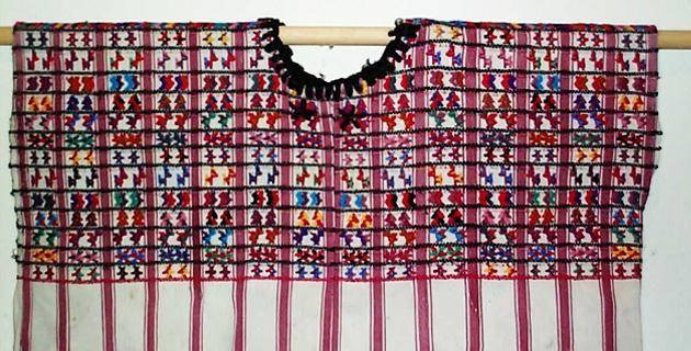 El huipil consiste en una tela rectangular, doblada a la mitad, con una abertura para la cabeza y generalmente cosida a los lados, dejando sin unir la parte superior, para formar la bocamanga. Está formado por uno, dos o tres lienzos unidos por costuras –las telas se usan tal como salen del telar, sin cortes, ni alforzas– que lo entallan al cuerpo. A esto se llama un vestido no confeccionado. Se emplea algodón y lana y a veces se combinan ambos materiales. Ocasionalmente se entretejen partes…