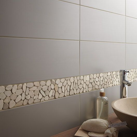 The different tile textures work perfectly in this bathroom the perfectly smooth flat grey tiles coupled with the natural pebble border to add interest and a subtle style statement. Carrelage Salle de bain mural Loft en faïence, gris gris n°3, 20 x 50.2 cm