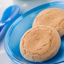 Petits biscuits pour bébés ------- Ingrédients : 40g de sucre brut ( Vollrohzucker) ou 40 g de sucre roux  - 200 G de farine d'epautre  - 100 G beurre  - un peu d'eau un peu de lait  - une pincée de sel  Niveau de cette recette pour bébé : facile