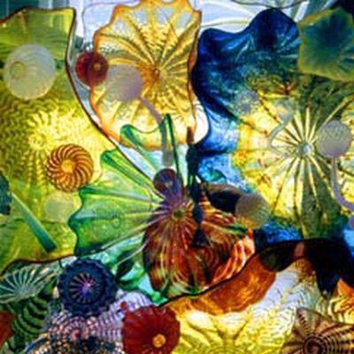 Те, кто плотно связан со стеклом или им интересуются, вряд ли не слышали о таком известном скульпторе по стеклу, как Дейл Чихули. А для тех, кто не слышал и не видел - этот пост :) Родился в 1941 году в США (штат Вашингтон). Помимо того, что он работает со стеклом, придумывая замысловатые формы и…