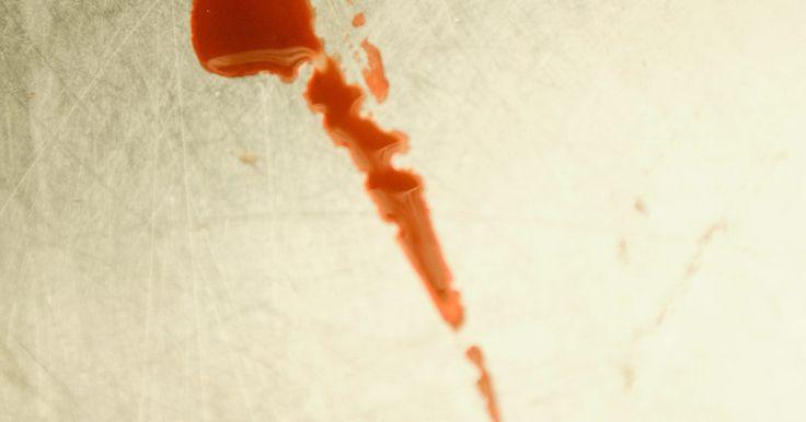Cómo quitar las manchas de sangre de telas blancas. Eliminar la sangre de cualquier tipo de tela es un desafío. Es una substancia que penetra rápidamente, y que requiere más que agua para que sea extraída. Es sumamente visible en telas blancas como las sábanas, la ropa y otros materiales. Es importante usar productos químicos que la quiten sin dañar el tejido. Una vez que la mancha salió, la tela ...