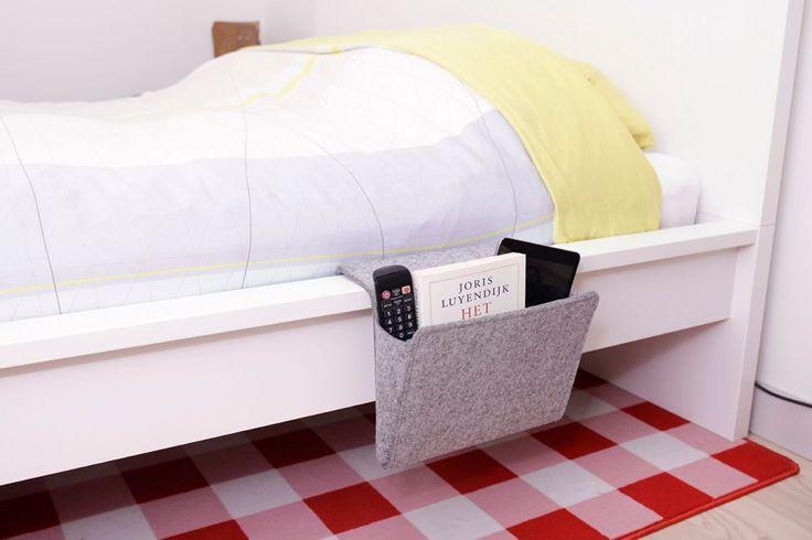 Chybí vám u postele místo, kam odložíte telefon, rozečtenou knihu, tablet či ovladač, ale na noční stolek už nezbylo místo? Řešením je organizér, který jen zaháknete za okraj postele či pohovky a vše bude při ruce.