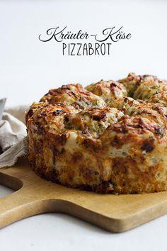 Ein Pizzabrot aus selbstgemachtem Hefeteig mit Käse-Kräuter-Füllung, das sich sowohl an jeder Party als auch als Beilage super eignet.
